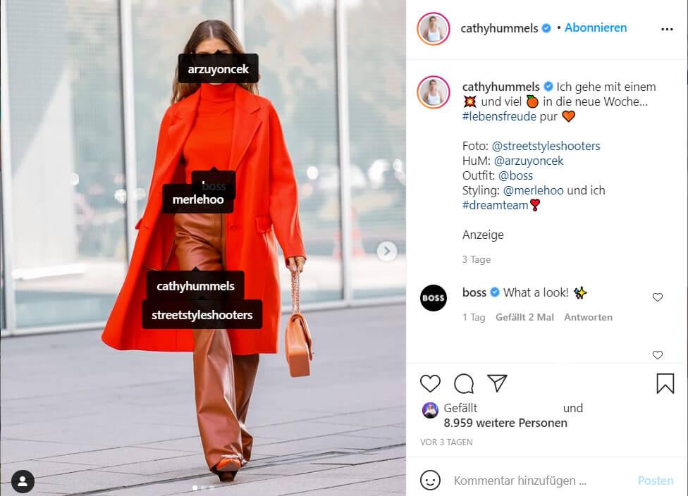 Ein Instagram-Bbeitrag der Influencerin Cathy Hummels: Die Tap Tags im Bild führen alleine noch zu keinem Werbecharakter, die Links (in Form von sog. Mentions der Anbieter-Accounts) in der Bildbeschreibung dagegen schon. Ferner ist die Präsentation der Kleidung ohnehin eher werbend herausstellend, so dass ein Werbehinweis nach allen Kriterien des BGH. Da der Account jedoch über 640.000 Follower hat, ist dessen Werbecharakter erkennbar, so dass ein Werbehinweis nicht erforderlich ist.